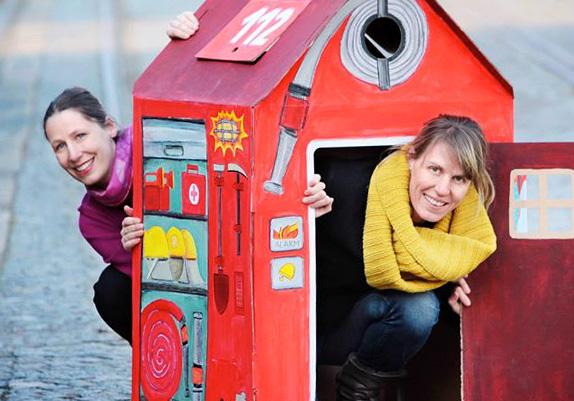 Birgit und Jule im Feuerwehrhaus